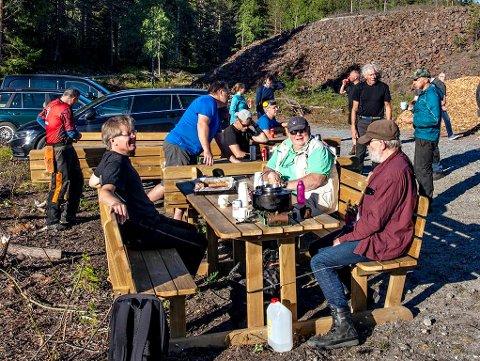 KAFFEKOS: Direktøren på Bergverksmuseet, Svein Skarheim (t.v.) kokte kaffe til dugnadsgjengen. Her sammen med Per Halvor Sælebakke og Svein Apeland (t.h.).