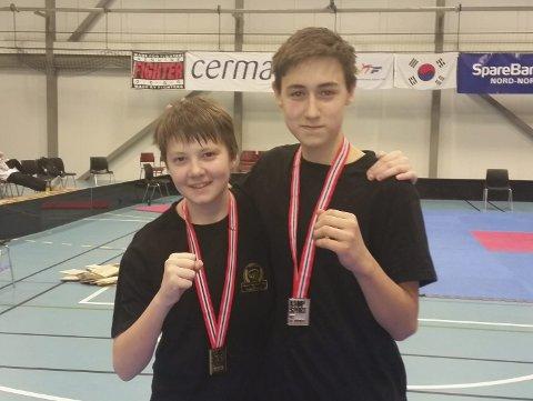 Medaljer: Sander Salamonsen (til venstre) tok gullmedaljen, og Fred-Levi Andersen fikk sølv.