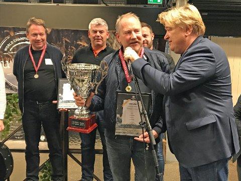 Terje Andreassen mottar pokal og gullmedalje fra VM-konferansier Jørn Hoel.