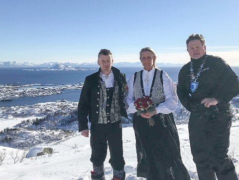 Vielse: Ordfører i Vågan kommune, Eivind Holst, fikk æren av å vie paret.