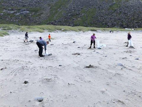 RYDDER: Alle sammen deltar med å få stranden ren.