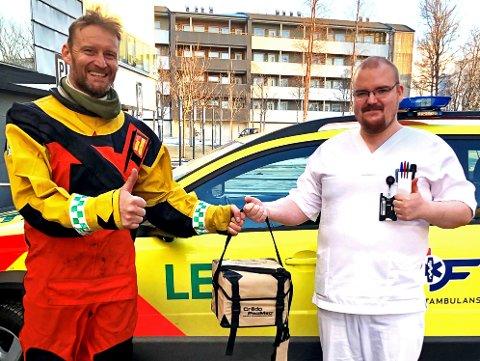 BLOD: Bioingeniør Jan Munk-Pedersen ved Blodbanken Nordlandssykehuset med første levering av blodprodukter til redningsmann Torgeir Kjus 330 skvadronen.
