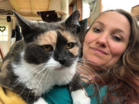 VAR OVERVEKTIG: Britta Wahl er glad i alle dyr, både ville og tamme. Katta Iben hadde diabetes og måtte ha insulin hver morgen og kveld. Ingen ville ha en slik krevende katt. Bortsett fra Britta! Hun adopterte Iben, og etter få dager med nytt kosthold ble pusien helt frisk.