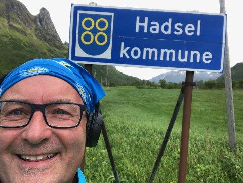 "KRYSSER GRENSA: ""Marching on together"" er slagordet til Leeds United Football Club. Rishaug marsjerer til Narvik alene etter et veddemål."