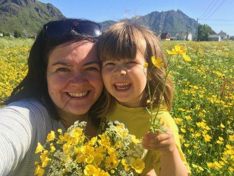 Artisten Tonje Unstad og datteren Edith i blomsterenga i Sennesvika.
