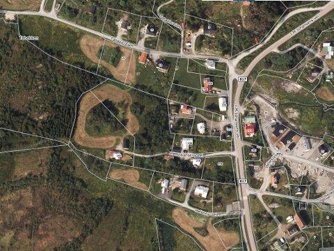 Den nye firemannsboligen er planlagt mellom husene i J: M Johansens vei 262 og 258, litt under midt i bildet.