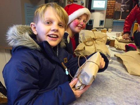 PAKKER PAKKER: Elever i 4. klasse har besøkt arbeiderboligen på Verket og lært om tidligere tiders julefeiring.