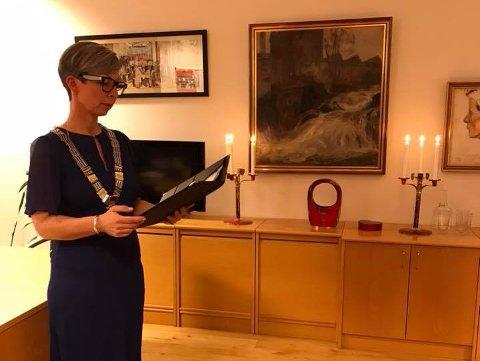 FØRSTE VIELSE: Ordfører Hanne Tollerud var opptatt av å lage en høytidelig ramme rundt vielsen fredag.