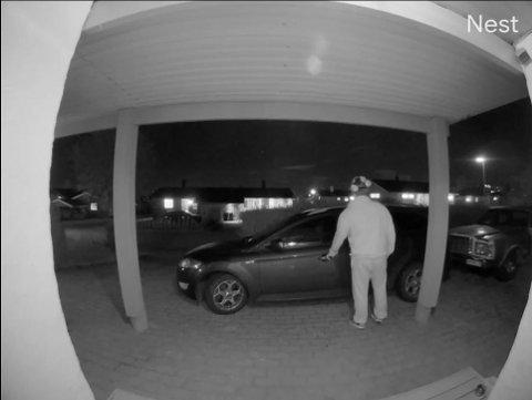 KJENNER PÅ DØRA: Mannen kjente på døra til bilen til Heidi Askerud.