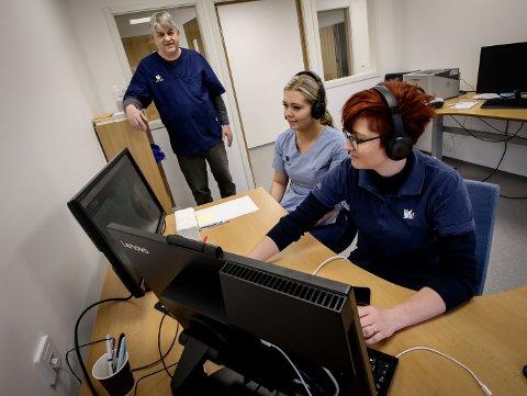 Anicura Jeløy Dyresykehus tilbyr nå kundene sine å kommunisere med veterinærer over video. Fra venstre: Daglig leder Halldor M. Skålnes, Kristina Bau Hjelmark og Jeanett Mari Gibson Short.