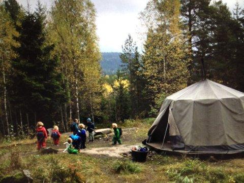 MYE UTE: Huken Naturbarnehage i bydel Grorud består av 18 barn og tre ansatte. Barnehagen er blant de 21 barnehagene i Oslo som fikk toppscore i foreldreundersøkelsen.