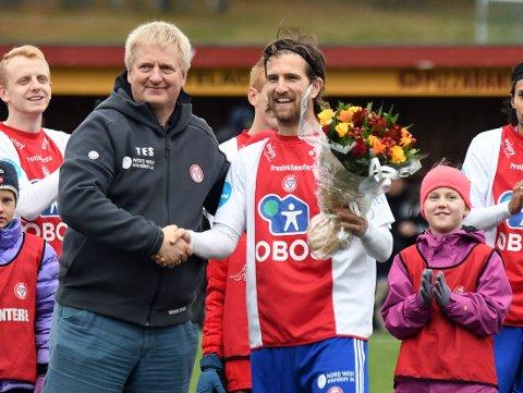 LEGGER OPP: Christoffer Dahl ble hedret med blomster foran matchen etter sine 280 kamper for KFUM/Oslo.