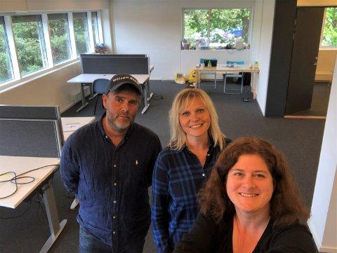 NYTT KONTOR: Mandag denne uken hadde vi første arbeidsdag på nytt kontor på Sæter. Fra venstre: Arild Jacobsen, Kristin Stoltenberg og Nina Schyberg Olsen.