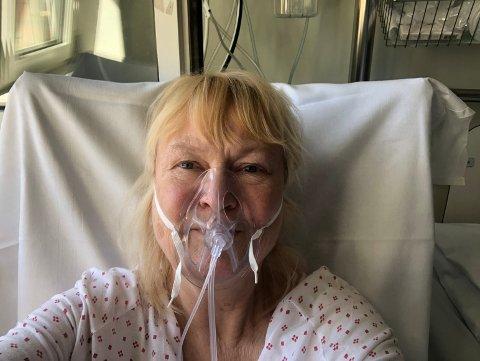 SMIL: På de verste dagene trodde Marianne at hun skulle dø, men med god motivasjon fra hjemmebane endret hun tankegang og har endelig fått komme hjem. Her fra sykesenga på Ullevål med pustehjelp.