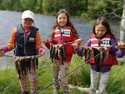 FANGST: Jentene Carmen, Ailin og Lara fikk god fangst på fisketur i fjor sommer