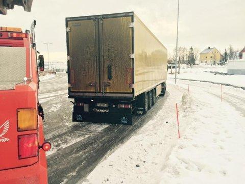 INNESPERRET: To storbergere fra Artic bilberging har sperret inne denne tyske semitraileren, etter at sjåføren stakk fra regninga på 20.000 kroner.