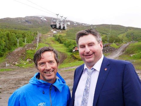 Ordfører Rune Edvardsen (th) og Norges Skiforbunds arrangementssjef Terje Lund, med Narvikfjellet i bakgrunnen. Skiforbundet har vært på flere befaringer i Narvik.