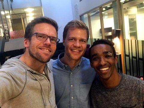 Nordlys' sportsleder Anders Mo Hanssen og TUILs Jo Nymo Matland har denne gangen besøk av sistnevntes lagkamerat og kaptein Mohammed Ahamed Jama.