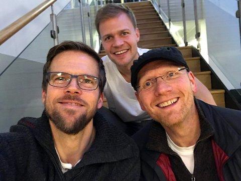 LYSTIG LAG: JoMos Kosmos, AKA Anders Mo Hanssen og Jo Nymo Matland (bak), beklager på forhånd for et ganske høyt fnisenivå, men det er vanskelig å unngå med Finn Arve Sørbøe på besøk.