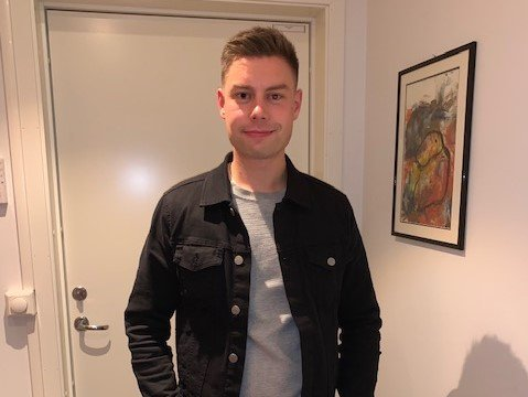 MÅSEANGREP: Jørn Jacobsen ble utsatt for et måseangrep i sentrum.