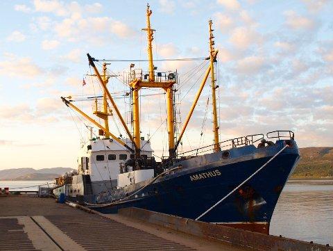 Kirkenes  20150817. Kystvakten har anholdt lasteskipet Amathus i Kirkenes. Det er mistenkt for ulovlig omlasting av snøkrabber i fiskevernsonen ved Svalbard.  Skipet ble kontrollert fredag.  Foto: Kystvakten / NTB scanpix