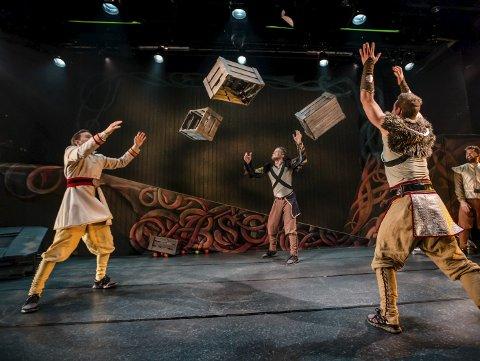 Dansende guder: Absence er norgesmestere i breaking, og besøkte kulturhuset med en festforestilling inspirert av norrøn mytologi. FOTO: Riksteatret/Jarle Moe