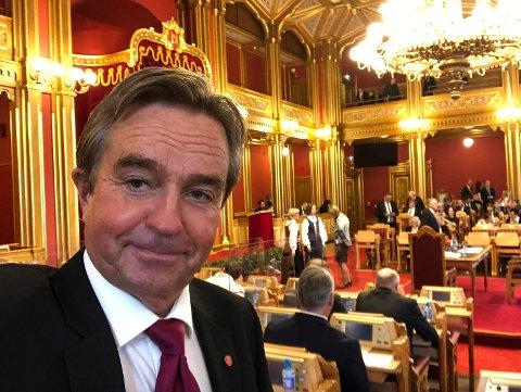 SYKEHUSKAMP: Stortingsrepresentant Tore Hagebakken (Ap) mener SP-topp Slagsvold Vedum ikke bør rokke ved enigheten om Mjøssykehuset - selv om det er valgkamp.
