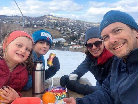 KOS: Familien Erichsen med litt påskekos fra ryggsekken etter nok en tur til toppen av Hovdebakken. Fra venstre Lilly, Isak, Lene og Morten.