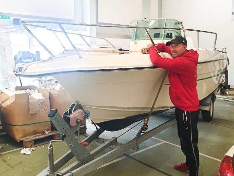TILBAKE PÅ NOTODDEN: Hans Erik Børjesson fant igjen sin stjålne båt i Fredrikstad. Nå står den innelåst i Notodden i påvente av nye fine turer på Heddalsvannet. Foto:Privat