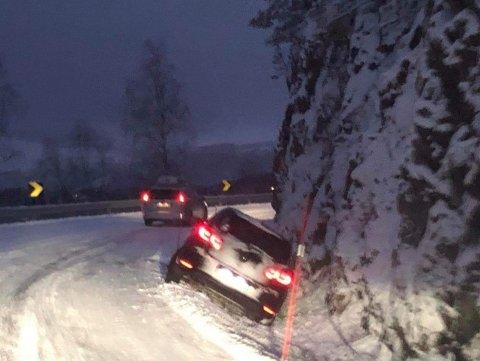 I GRØFTA: Bilbergerne har mye å gjøre fredag. Her er en bil havnet i grøfta langs fylkesvei 34 på Hadeland.
