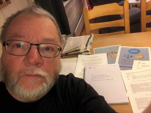 MED KRITISKE BRILLER: Finn Olav Rolijordet har engasjert seg sterkt i sykehussaken, og lest hovedrapporten fra Helse Sør-Øst med kritiske briller.