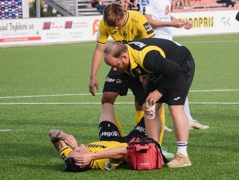 NEDE FOR TELLING: Andreas Helmersen ligger nede etter en hodeduell i Sogndal-feltet. Teodor Haltvik sjekker om alt er bra.