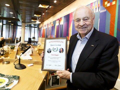 HEDRET: Tore Haugen tok imot beviset på at han er tidenes første æresmedlem i Oppegård Senior Høyre. FOTO: STIG PERSSON