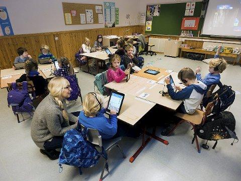 Nesten Ny undervisning: Ingen blyant og papir på pulten til klasse 1A ved Langhus skole. Lærer Lene Lindquist Moen hjelper til der det trengs. Snart vil alle de andre skolene i kommunen få det samme tilbudet.foto:ole kr trana