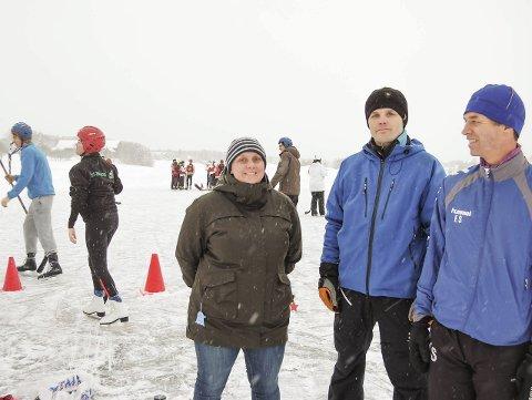 SLÅR RING: Marianne Bråthen, Dag Arne Ramstad og seksjonsleder ved Idrettsfag ved Ås videregående skole, Erik Solberg, forstår ikke begrunnelsen for å legge ned idrettsfag. – Det føles urettferdig, sier de.