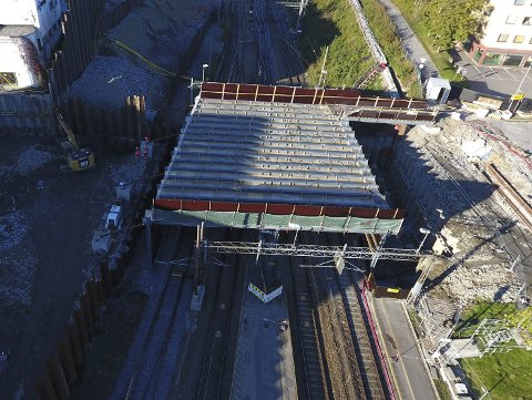 VIL BRÅKE: I helgene skal anleggsarbeiderne gjennomføre støyende jobbing rundt Nordbyveien bro i nærmere 35 timer sammenhengende. FOTO: Jernbaneverket