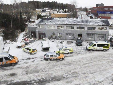PÅ PLASS: Aksjonsgruppen kontrollerte et bilverksted i Ski onsdag ettermiddag.