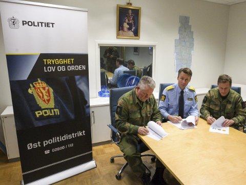 Signering: Her ser vi politimester Steve Hasseldal Øst politidistrikt flankert av oberst Karl Henrik Fossmann på venstre side og oberst løytnad Børge Gamst på høyre. FOTO: Bjørn V. Sandness