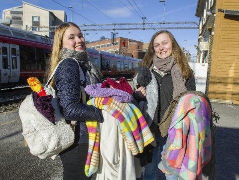 Gleder seg: Emilie Elsrud og Hanne Groven er på vei til Oslo for å dele ut tepper og varme klar til uteliggerne. Foto: Kari Kløvstad