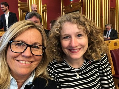 DELER PULT: Anne Kristine Linnestad (H) og Tuva Moflag (Ap) skal dele pult på Stortinget i to måneder fremover.