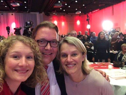 FORNØYD: Dette bildet er tatt på APs valgvake i Oslo valgnatten. En fornøyd trio med Tuva Moflag, Sverre Myrli og Nina Sandberg.