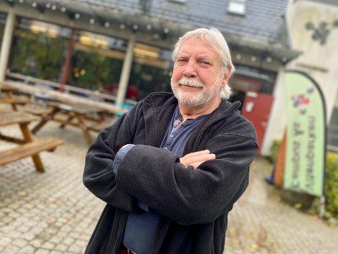 I VINDEN: Follos mest kjente bildekunster, Jan Baker, fyller snart 81 år, men nestoren holder koken. Denne helgen er han blant kunstnerne som stiller ut i Vitenparken i Ås. Utstillingen heter Fantasi og Virkelighet og er i regi av Ansgar Birkeland og Northart.