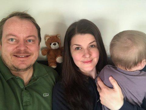 FRISKE: Erlend Wiborg, Maria Molteberg Wiborg og datteren på ni måneder er nå friske igjen etter å ha vært smittet av koronavirus.