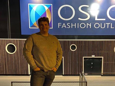 TOMT: Martin Bjerke utenfor Oslo Fashion Outlet i Vestby - på et tidspunkt det ikke var noen andre mennesker der - og kun én bil på parkeringsplassen.