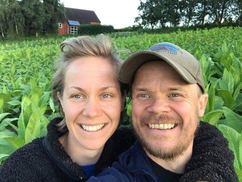 SNUSBØNDER: Anna Wildèn og Håvard Dretvik er begge ingeniører, men satser for nå for fullt på norskprodusert snus. Foto: Privat