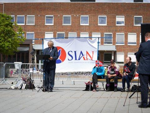 TALER: Tidligere leder av Sian, Arne Tumyr, holdt et langt innlegg under Sians markering i Ski i mai 2019.