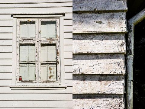 FLASSER AV: Forfallet komer tydelig fram på flere områder, ikke minst nå det gjelder malingen på hovedhuset.