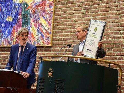 SANDEFJORD VANT: Rådmann Gisle Dahn holder opp beviset på at Sandefjord kommune er vinner av Kommunebarometeret. Til venstre ordfører Bjørn Ole Gleditsch.