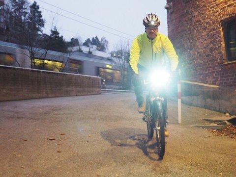 Jurist Kurt Ottesen i Statens vegvesen minner om at det ikke holder med hodelykt. Det må også være lykt på sykkelen.