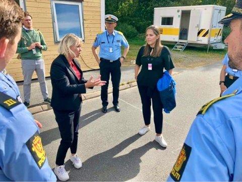 VIKTIG: Monica Mæland og Lene Westgaard-Halle fikk et innblikk i politistudentenes hverdag i Stavern. Mæland vil beholde Stavern som studiested også neste år. (Foto: Privat)